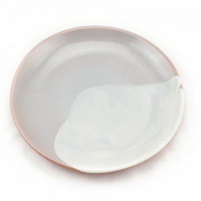 plato de barro decorado gris
